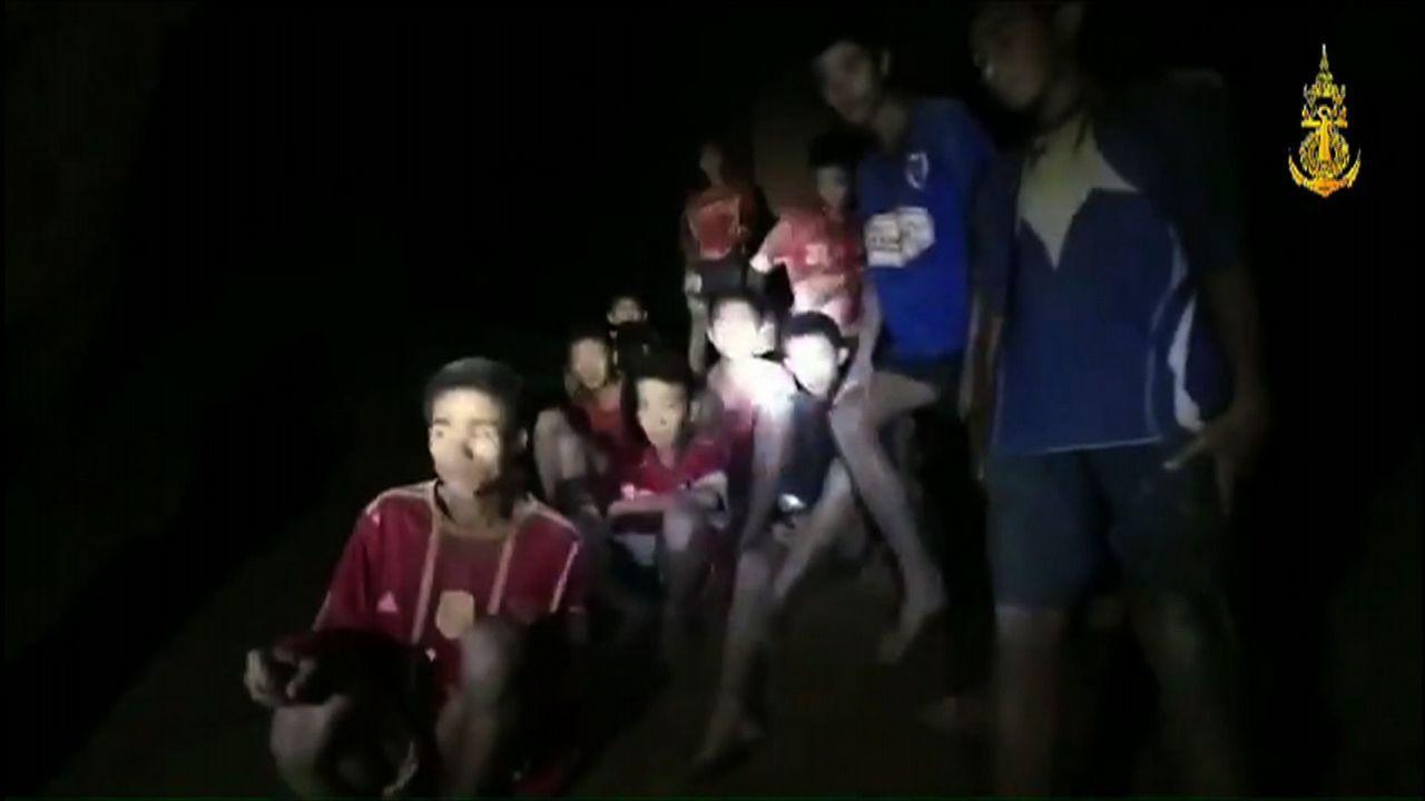 Encuentran a los 12 niños desaparecidos en Tailandia tras pasar 9 días en una cueva inundada.Las autoridades le rinden un homenaje a Saman Kunan, de 38 años, quien murió al intentar rescatar a los niños y a su entrenador.