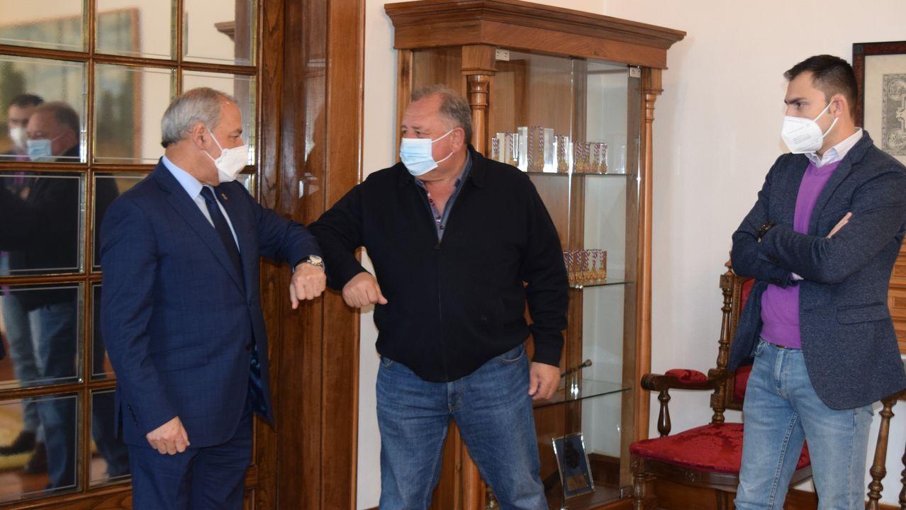 El presidente de la Diputación y el alcalde de Navia se saludan antes de firmar el acuerdo