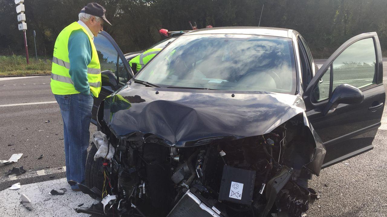 Un octogenario embiste con su coche a un camión en la carretera de Rábade a Vilalba