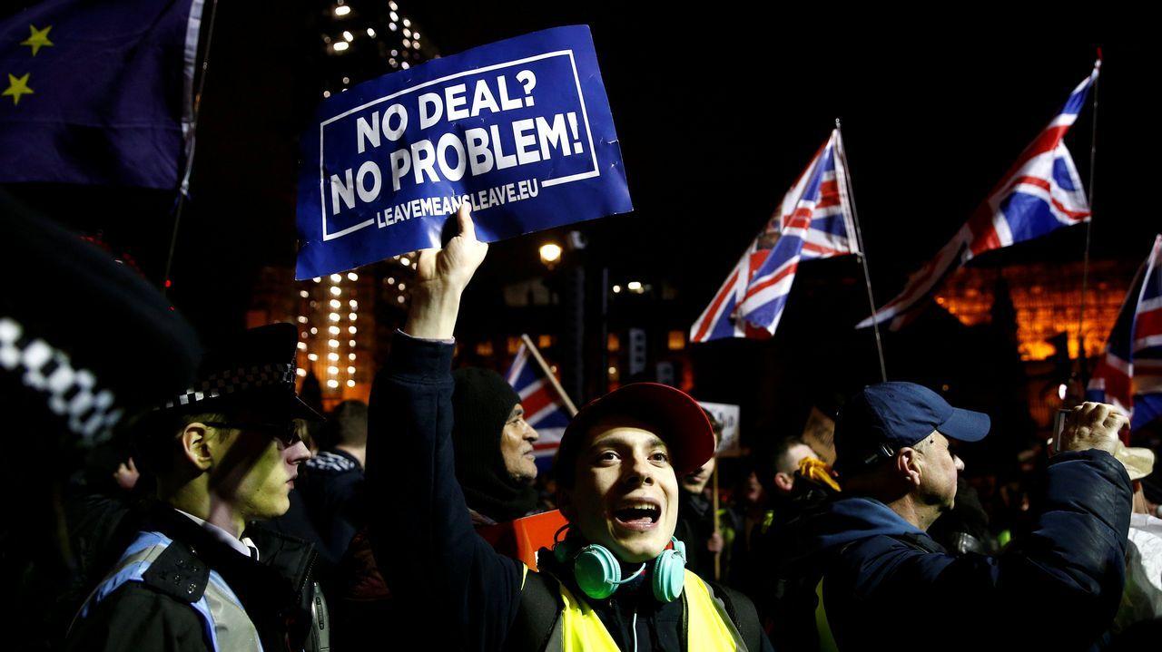 Partidarios de un segundo referendo pidieron a Corbyn un compromiso más firme..Protesta de partidarios del «brexit» en el exterior del Parlamento británico