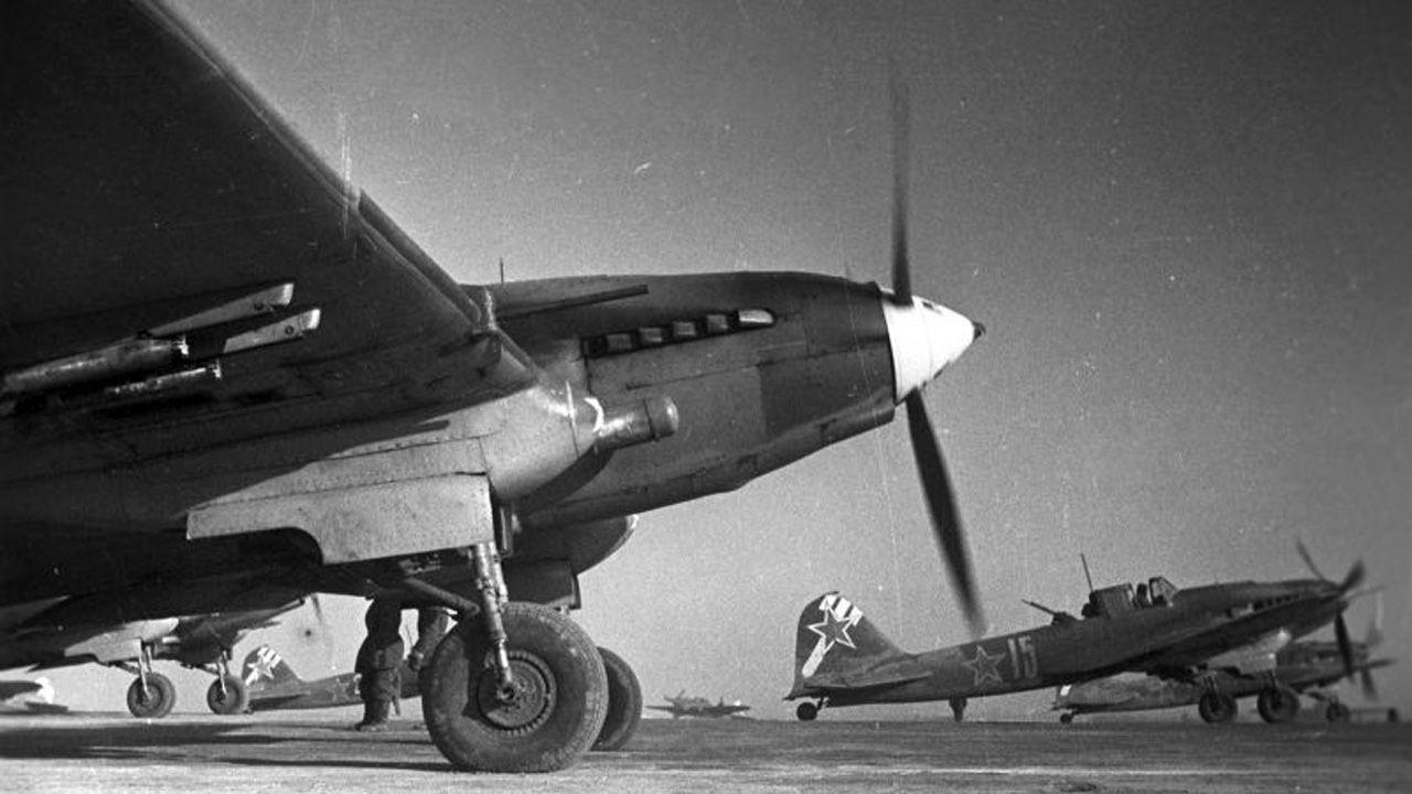 Aviones IL-2 del regimiento 989 soviético, en el que combatía Celestino Martínez, poco antes de una misión sobre Budapest, Hungría, en 1944-45