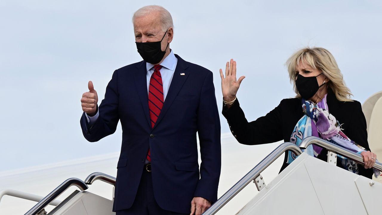 El presidente estadounidense Joe Biden y la primera dama, Jill Biden, en el Air Force One partiendo este domingo de Washington a Delaware