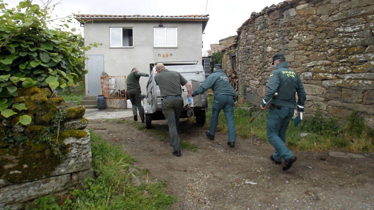 Agentes del Seprona y de Medio Ambiente, en la aldea de Sober en la que se produjo el suceso