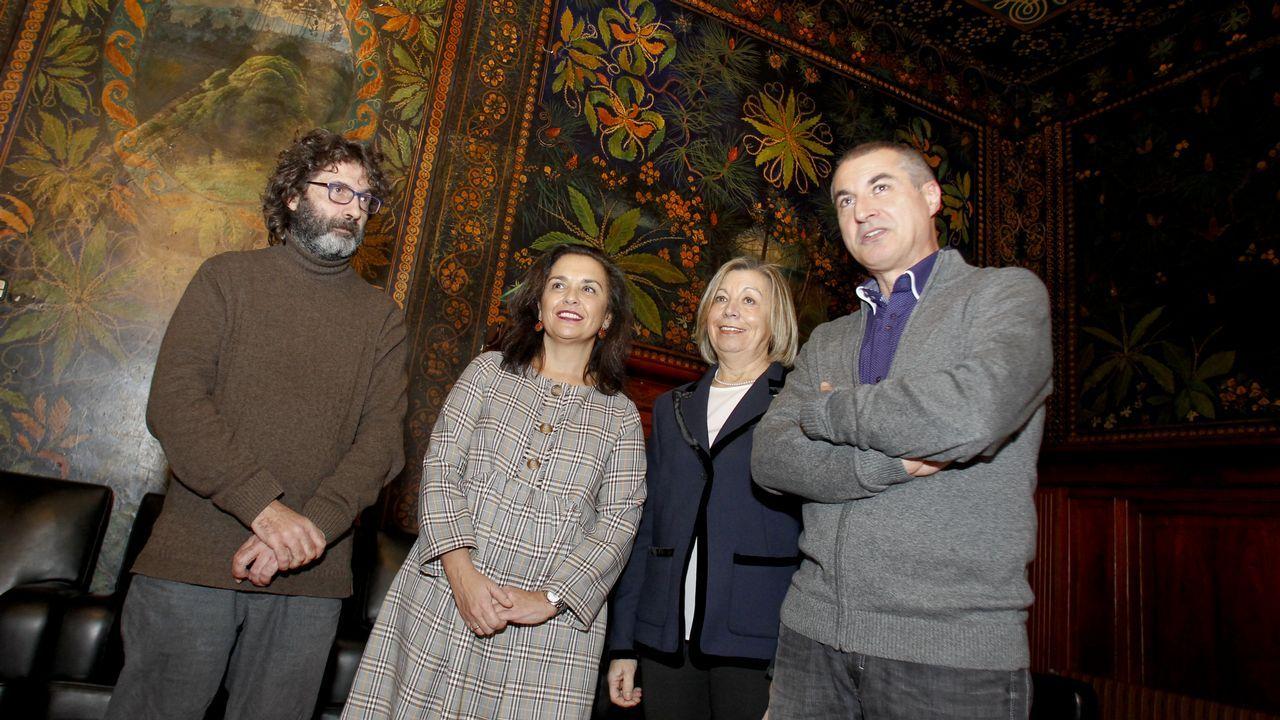 La viuda del almirante Miguel Ángel Fernández, junto a una de sus obras preferidas de la exposición