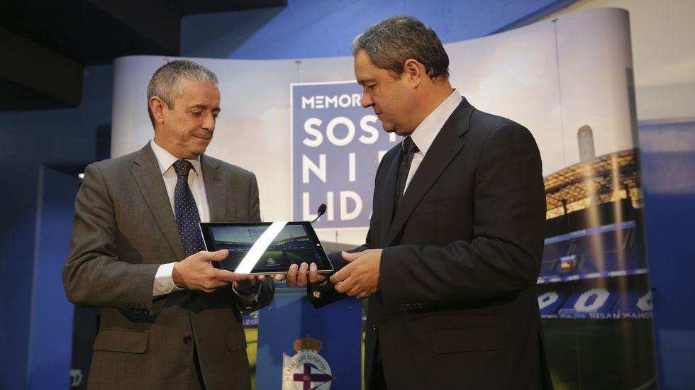 Tino Fernández presentó en compañía del consejero del Área Social, Martín Pita, la primera memoria de sostenibilidad del Deportivo.