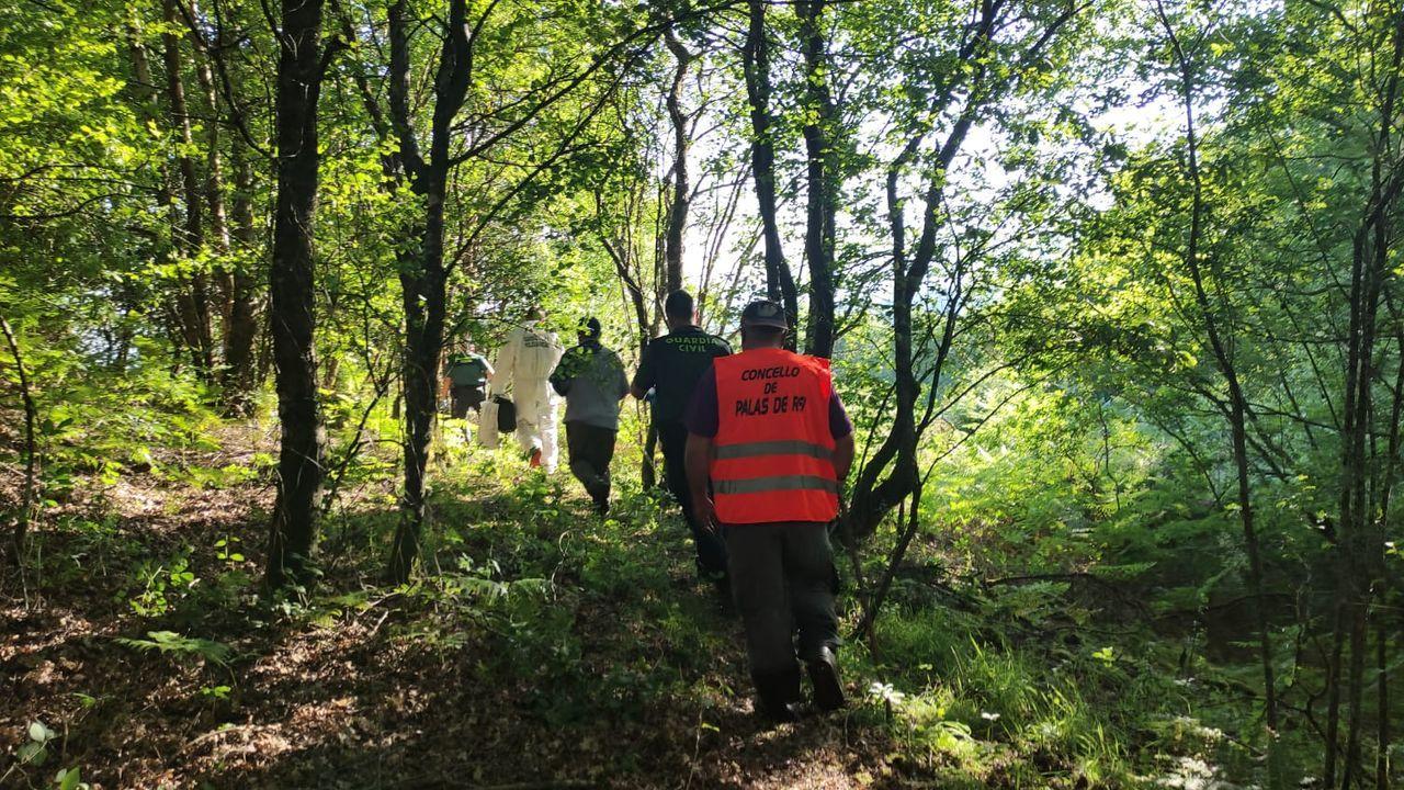 Imagen de varios de los miembros del equipo de búsqueda, dirigiéndose al lugar donde se encontró el cadáver
