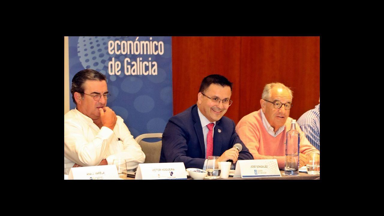 Carmen Moriyón, sentada en el centro con los candidatos de la circunscripción occidental