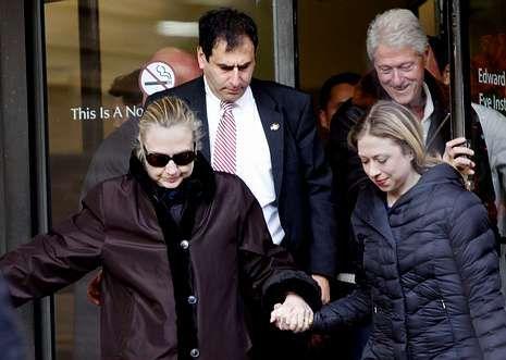 La nieve cubre la costa este de Estados Unidos.Hillary se apoya en la mano de su hija, Chelsea, en el momento de abandonar el hospital.
