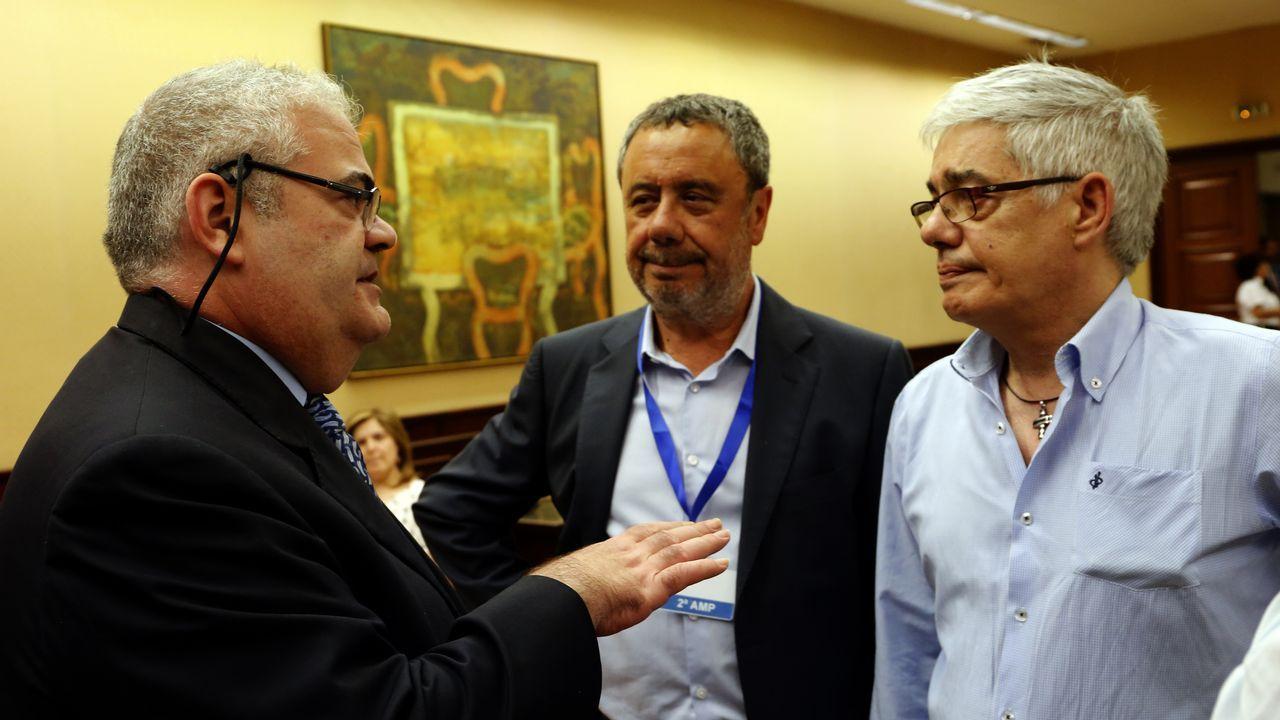Manuel Prieto, abogado del maquinista, entre éste y el presidente de la comisión del Alvia (a la izquierda)