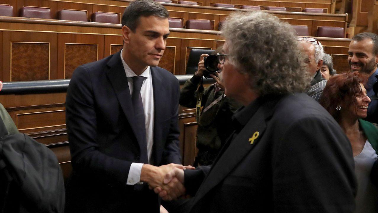 El diputado de ERC, Joan Tardá, saluda a Pedro Sánchez.