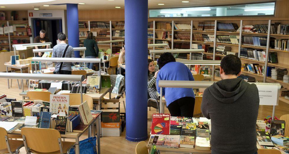 Imagen de la feria del libro usado abierta en Narón.