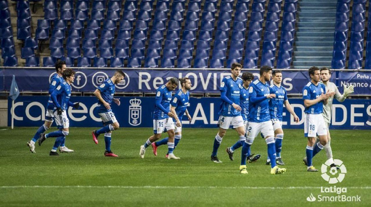 Los jugadores del Oviedo, minutos antes de que comenzase el partido ante el Zaragoza