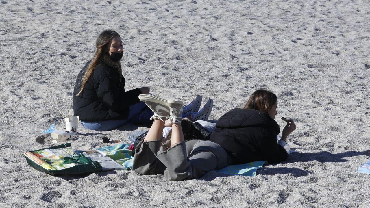 Personas aprovechando el buen tiempo en la playa