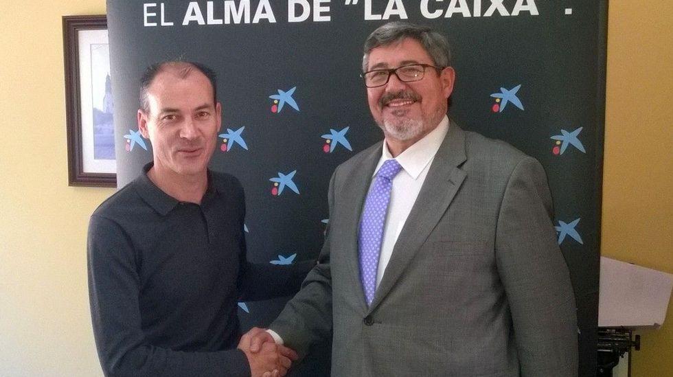El alcalde de Vilar de Santos, Xan Jardón, y el director de la oficina de CaixaBank, Manuel García, firmaron el convenio de colaboración