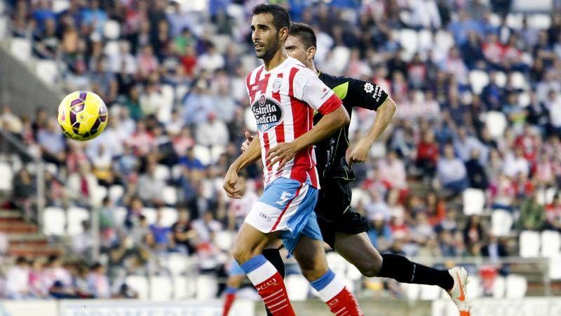 Borja Gómez se abraza a Luis Fernández después de marcarle un gol al Zaragoza.
