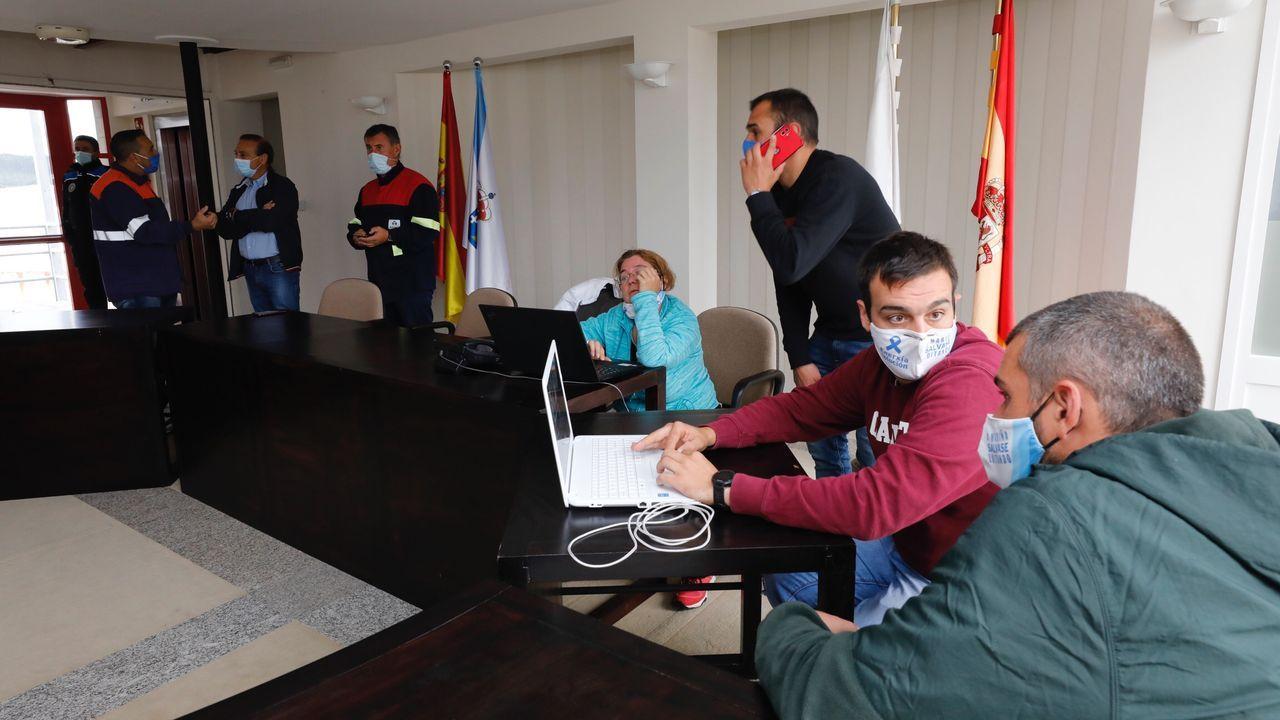 Encierro de representantes de los trabajadores de Alcoa y de auxiliares en la casa consistorial de Xove