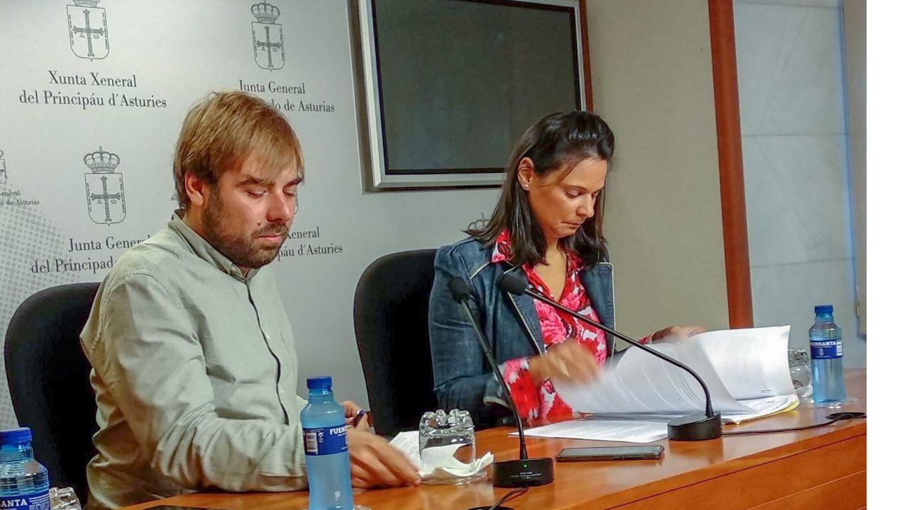 Imagen de Daniel Ripa junto al autobús de Hazte Oír.Diana Sánchez (Ciudadanos) y Daniel Ripa (Podemos)