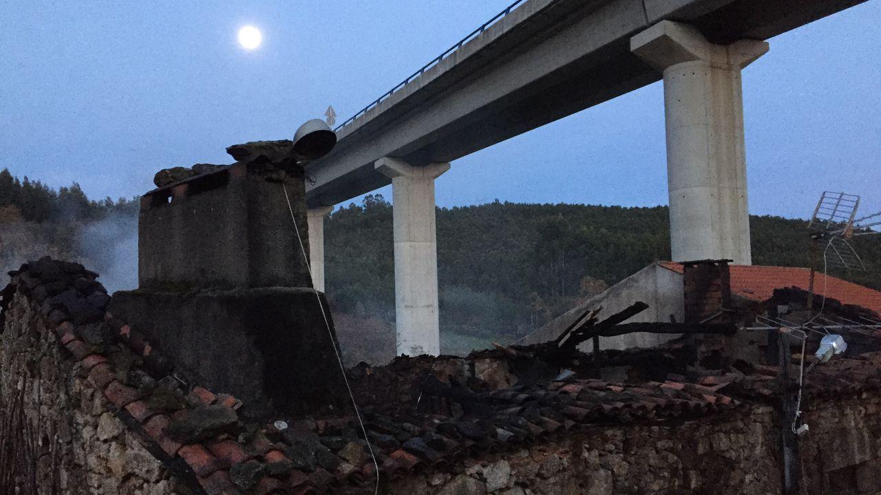 Un incendio arrasa el piso superior de una vivienda unifamiliar en Culleredo.Pruebas de PCR en el área sanitaria de A Coruña