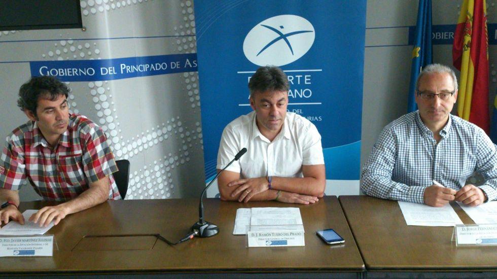 El director general de Deporte, José Ramón Tuero, junto a los gerentes de las estaciones asturianas