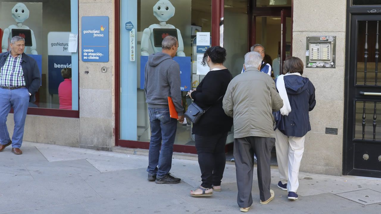 Colas a las puertas de la sede de Naturgy en Santiago para renovar el bono social hace un año