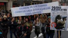 Un grupo de estudiantes corta la calzada central de la Diagonal en Barcelona
