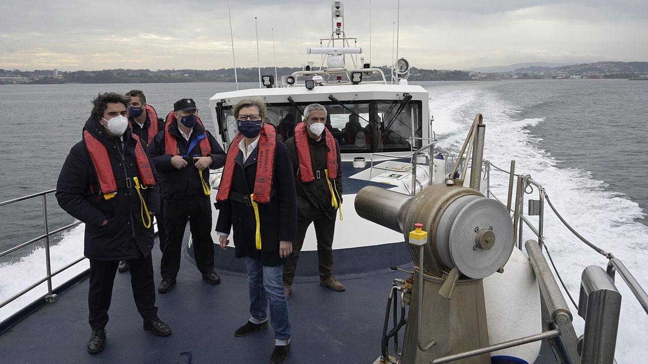 Muerte del marisco en los viveros de Carril.Foto cedida por la Consellería do Mar, de la visita de la conselleira Rosa Quintana (en primer plano, a la derecha) en A Coruña a la patrullera Punta Seixo Branco, de Gardacostas de Galicia