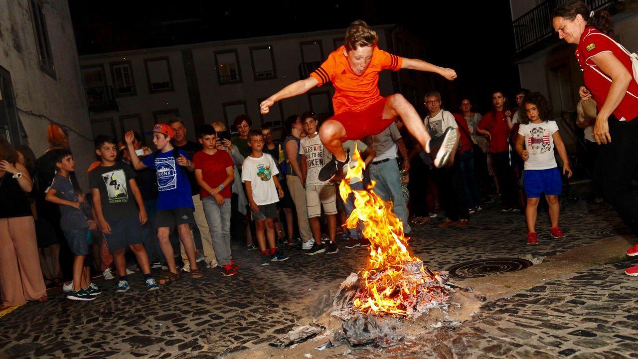 Compostela se abrasa en la noche de San Xoán