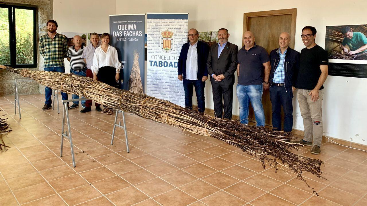 En la presentación de la fiesta se exhibió una facha, una de las grandes antorchas que se quemarán el sábado por la noche en lo alto del castro de la parroquia de Castelo
