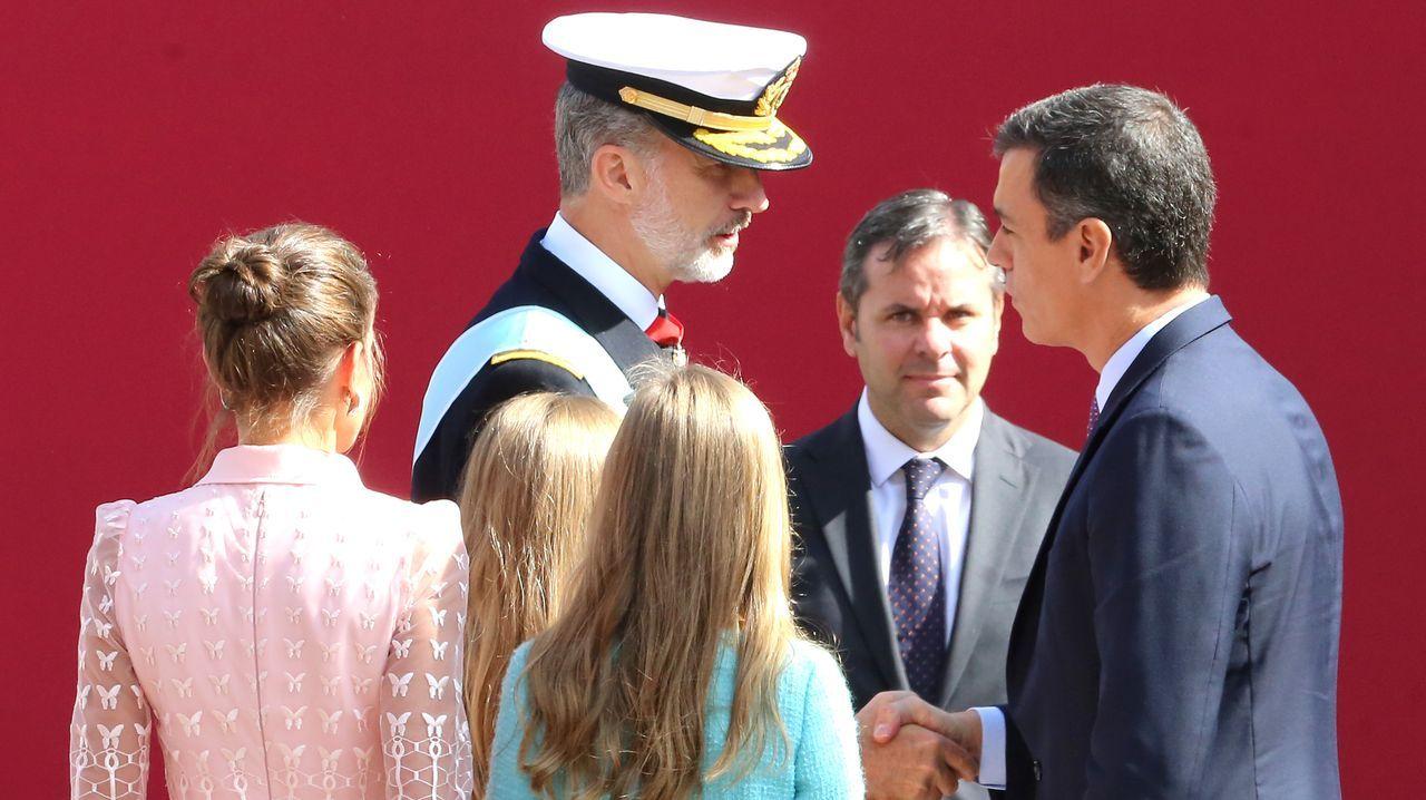 Felipe VI charlando con el presidente del Gobierno en funciones, Pedro Sánchez