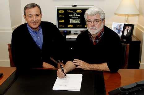 Trailer de «Lincoln».Iger, a la izquierda, firma junto con Lucas el acuerdo de venta de su empresa a Disney.