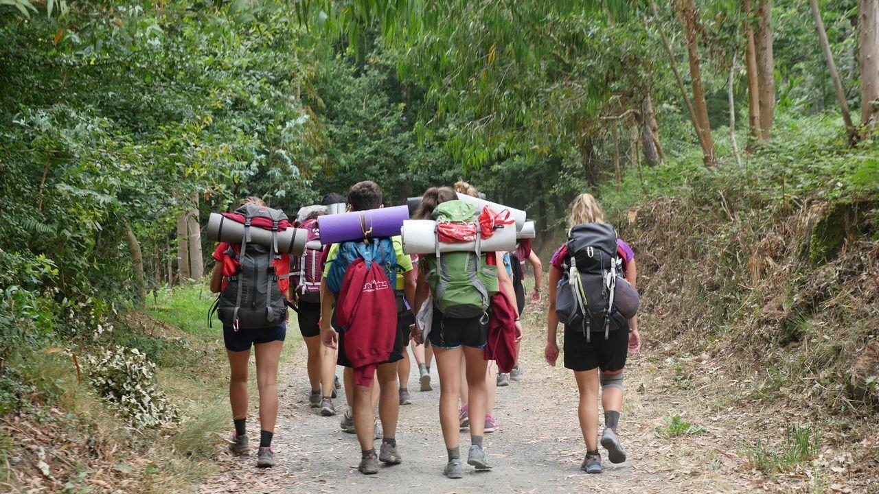 Una excursión de fin de curso saliendo de Melide