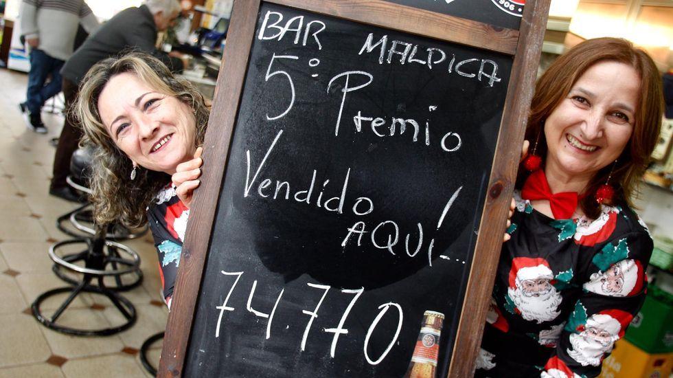 EN DIRECTO: Esta administración de Vigo ha vendido una serie del segundo premio.Patricia Díaz, al frente de Duende Azul, una tienda de chucherías de Os Concheiros, en Santiago, en la que también despacha lotería por máquina, y que vendió dos décimos del quinto de Navidad con el número 66212