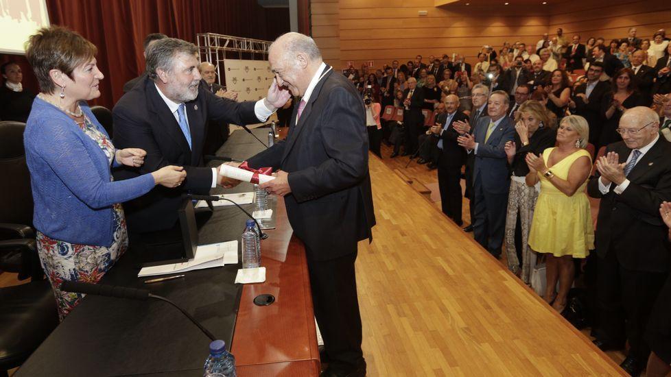 PSOE y Ciudadanos se sientan a la mesa a negociar.Castro Beiras, felicitado por la conselleira de Sanidade, Rocío Mosquera, y el presidente del Colegio de Médicos de A Coruña, Luciano Vidán