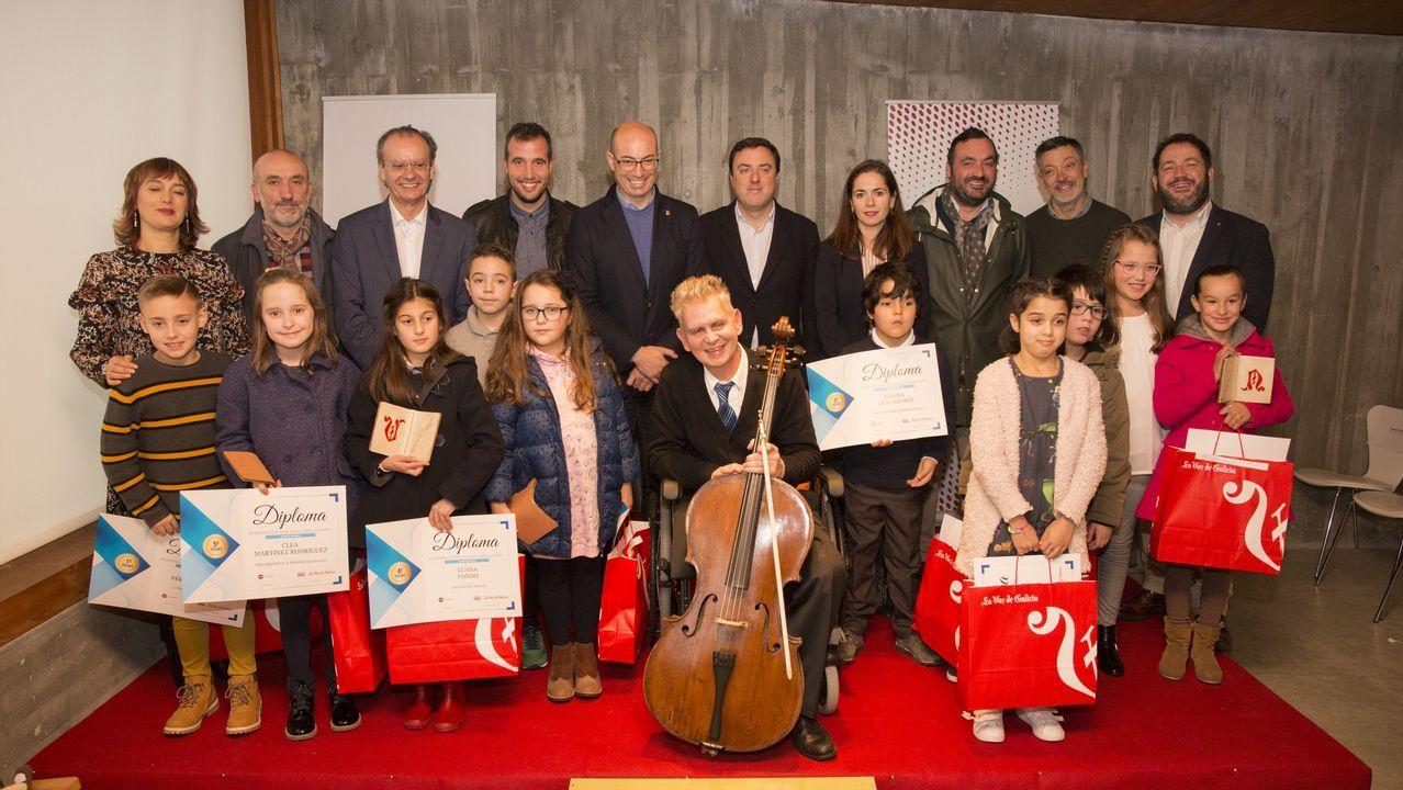 Foto de familia cos nenos premiados e as autoridades asistentes ao acto