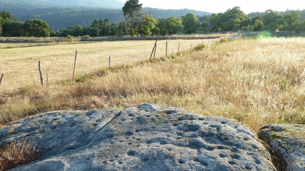 Gravados rupestres do Agro. Cerca da localidade de Sampil encóntrase un grupo de petróglifos que foi descuberto e inventariado cando se fixo o catálogo de bens culturais do municipio, hai poucos anos