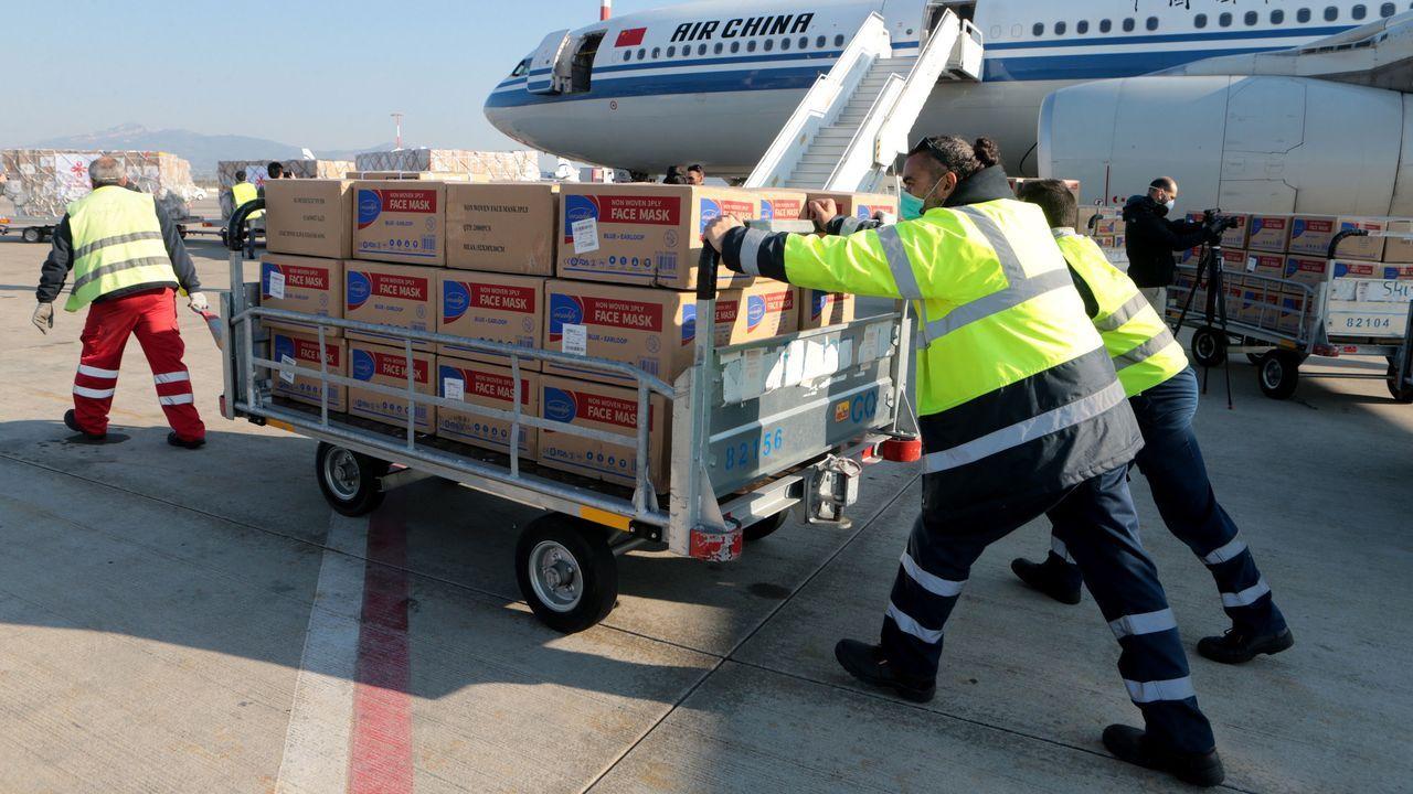 Descarga de material sanitario donado por China, este sábado, en el aeropuerto de Atenas