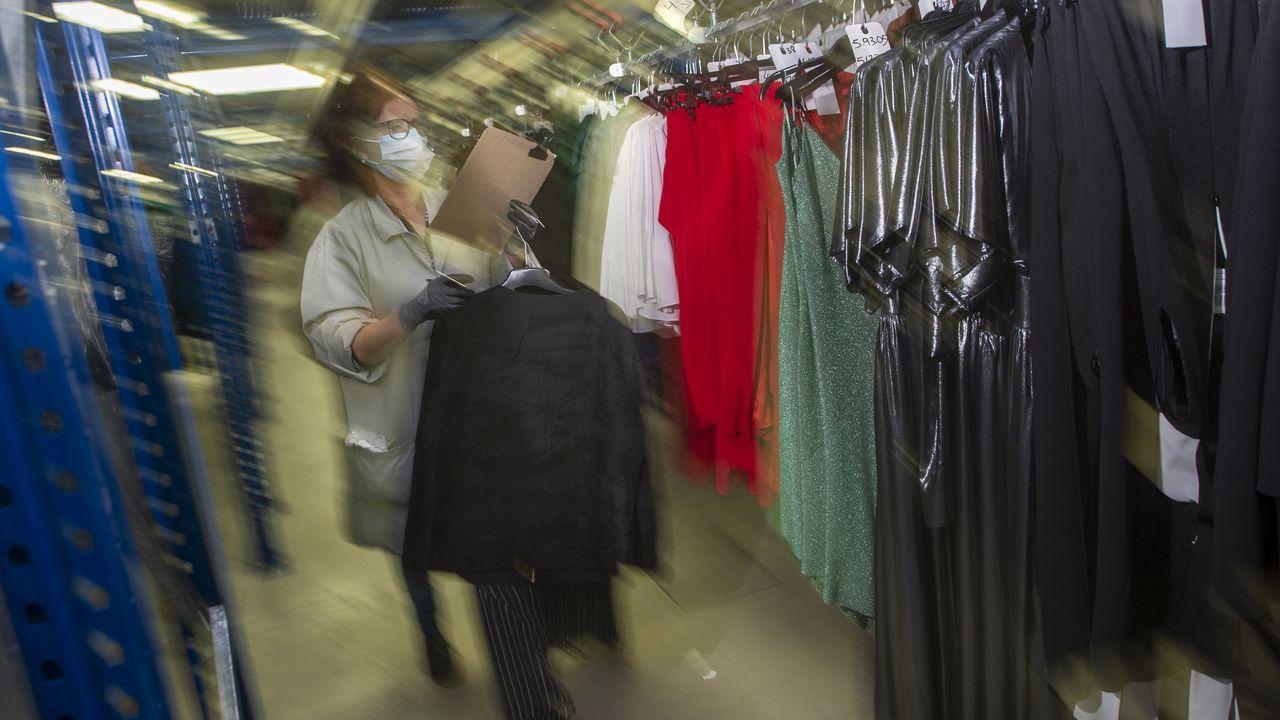 Zona de almacenamiento y logística de prendas en las instalaciones centrales de la firma de moda Adolfo Domínguez, en Ourense
