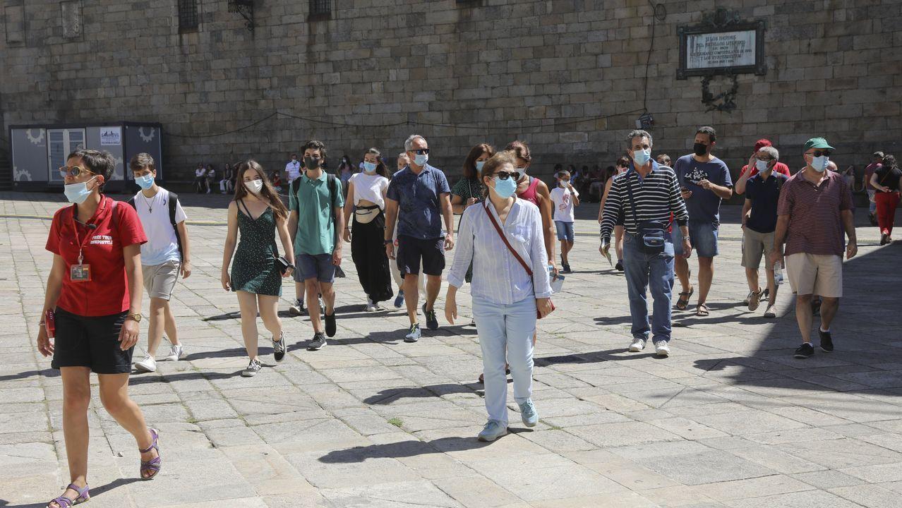 Turistas en el casco viejo de Santiago con mascarillas