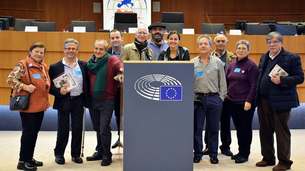 Los retornados llevan sus protestas a Bruselas.Bará, arropado en A Estrada al presentarse como nº 1 al Congreso.