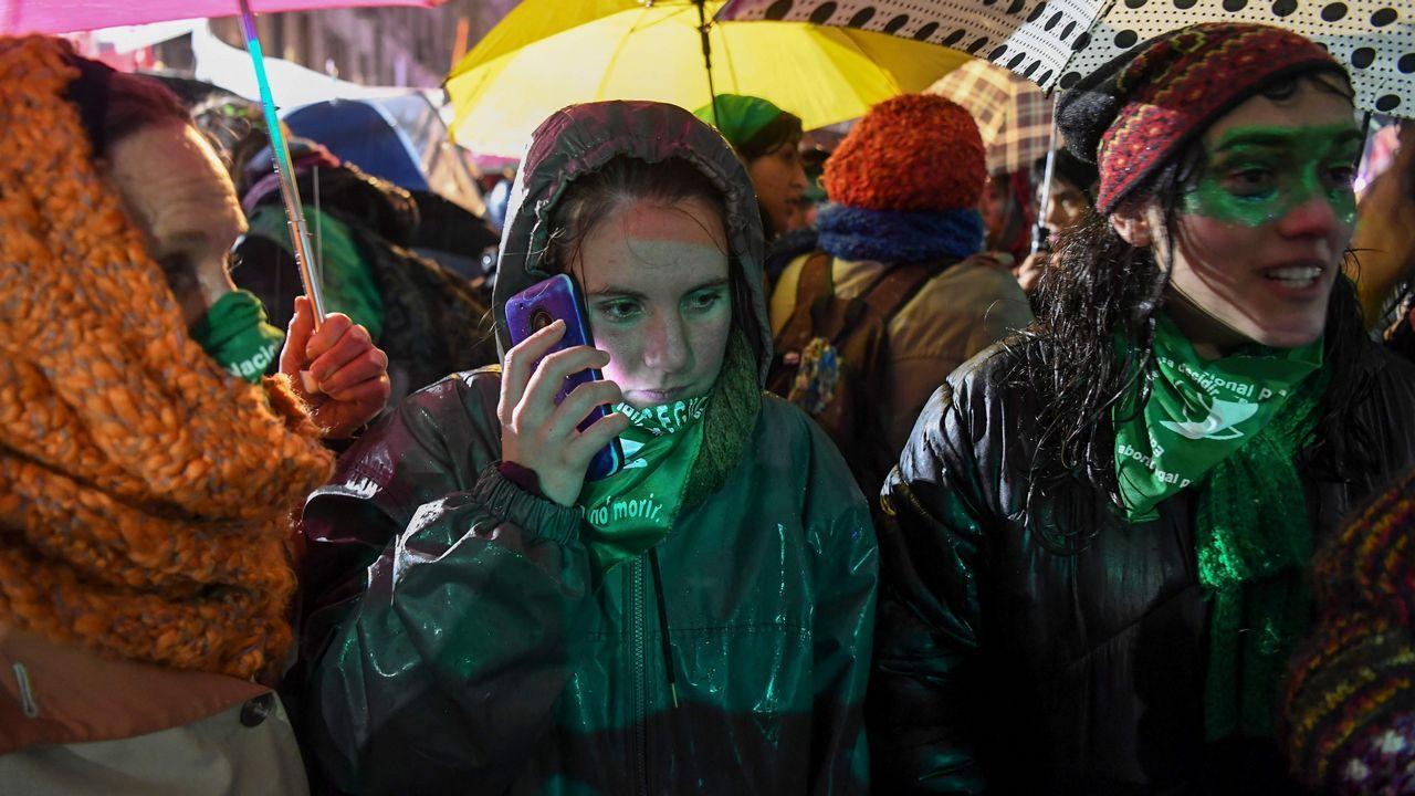 Activistas en contra de la legalización del aborto celebran la decisión del Senado