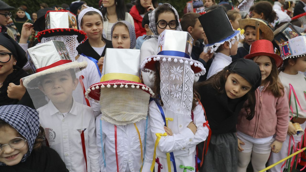 Troteiros de Bande en Santiago.Los trajes de los troteiros de Bande llamaron la atención en el carnaval que organizan los centros de enseñanza de Lamas de Abade (Santiago de Compostela).