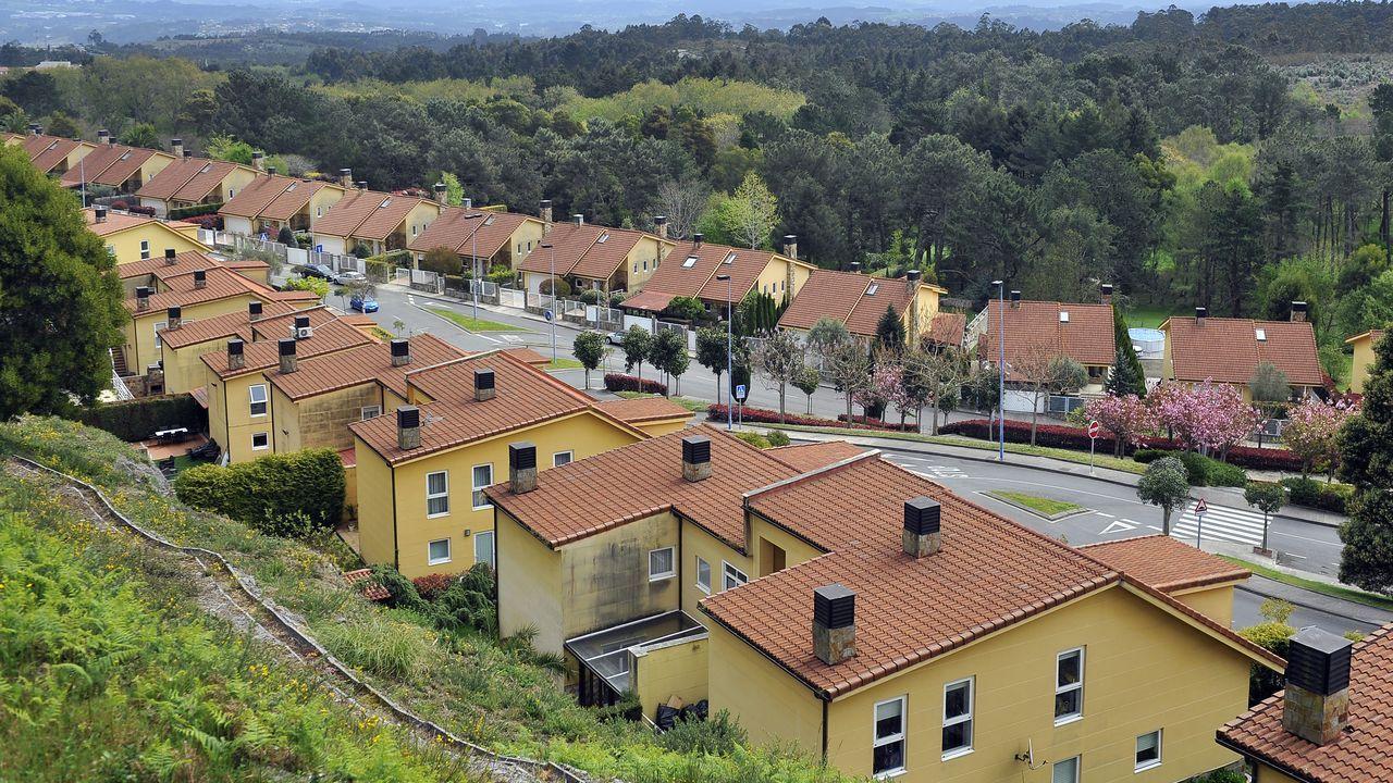 Así es la urbanización Montegolf, su área recreativa y los terrenos donde irán las 124 nuevas viviendas.El ministro José Luis Ábalos, en los soportales del pazo de Raxoi, en Santiago, el viernes pasado