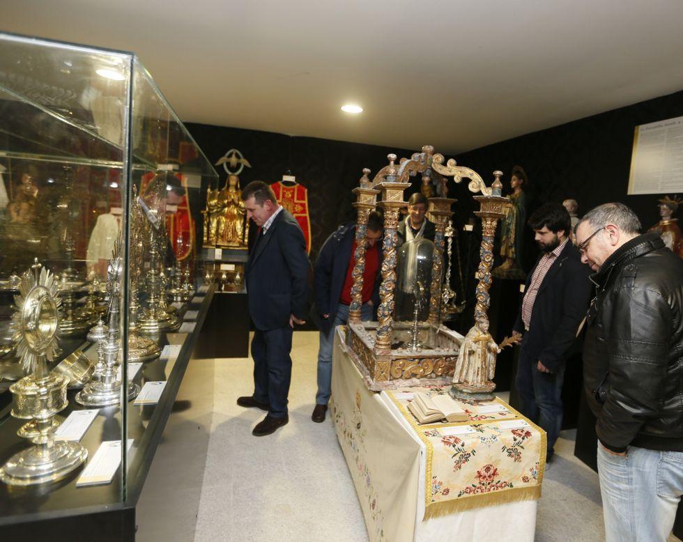 El administrador de la Diócesis de Mondoñedo- Ferrol, Antonio Rodríguez, presentó la revista «Pregón» e inauguró la exposición.
