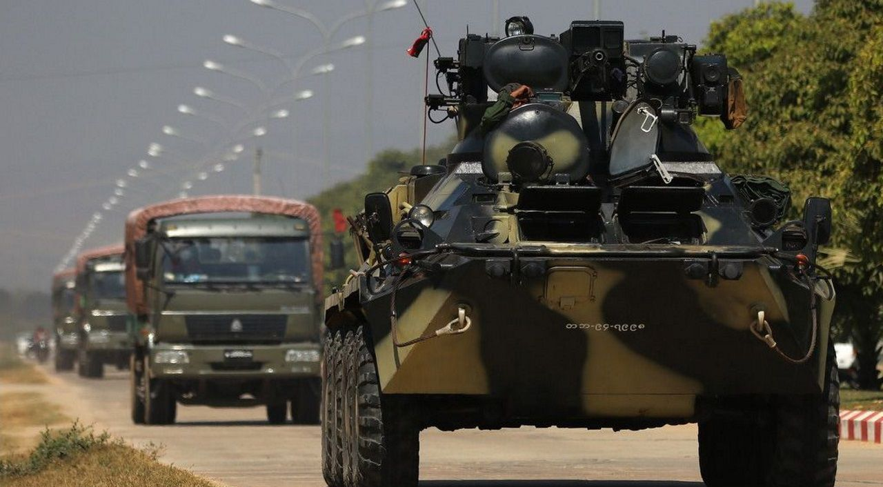 Un vehículo militar patrulla por la capital de Birmania