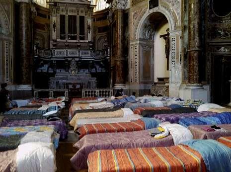 Ofensiva israelí en un barrio de Gaza.Una iglesia de Palermo se ha transformado en un dormitorio colectivo para acoger a los inmigrantes.