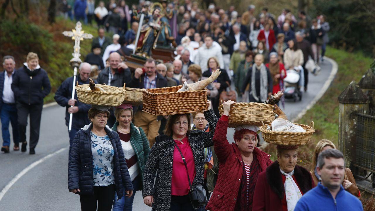 Procesión de los lacones por las fiestas de la Candelaria en Cordeiro (Valga).Hugo tiene seis años