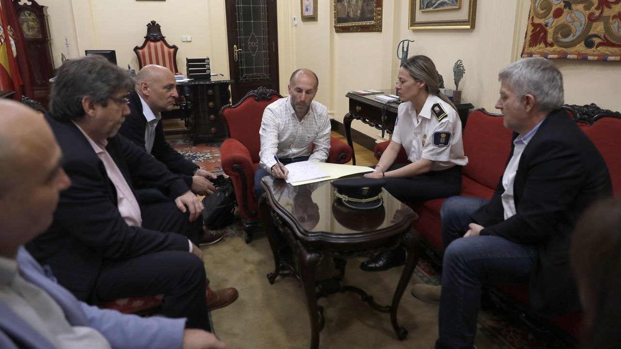 Aurelio Martín y Ana González, al final de la segunda reunión de las comisiones negociadoras de PSOE e IU en la Casa del Pueblo