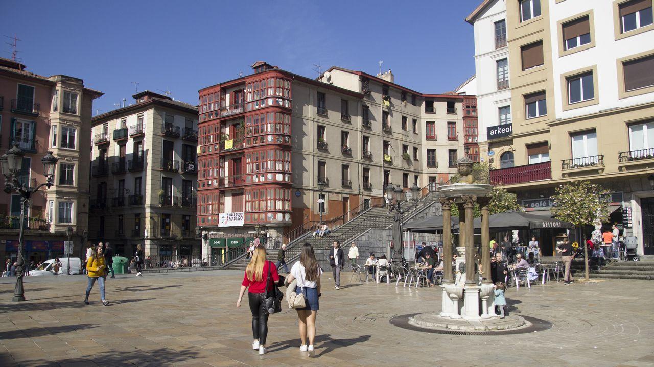 bilbao.Imagen del Casco Viejo de Bilbao. La ría separa al núcleo medieval del moderno barrio de Abando. La ciudad se divide en ocho distritos