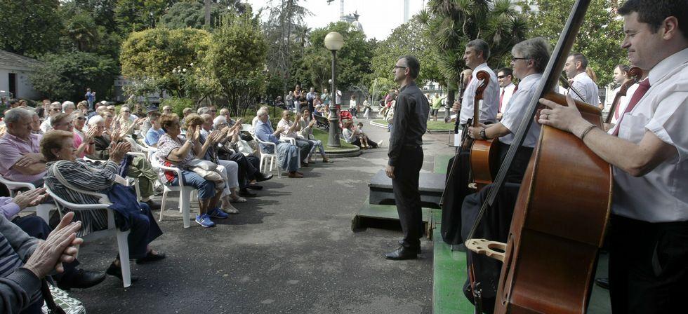 Actuación de la Banda Municipal con el director Viceiro.