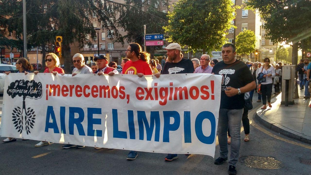 Obras en la variante de Pajares.Pancarta de la Plataforma contra la Contaminación de Xixón